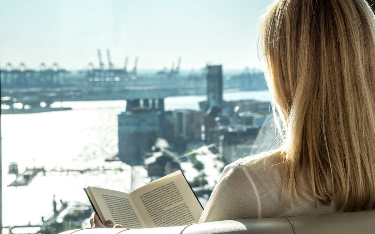 Person mit Buch | Juniorsuite Riverside | Empire Riverside Hotel