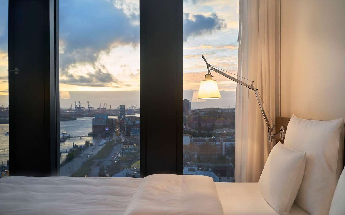 Ausblick und Bett | Juniorsuite Riverview | Empire Riverside Hotel