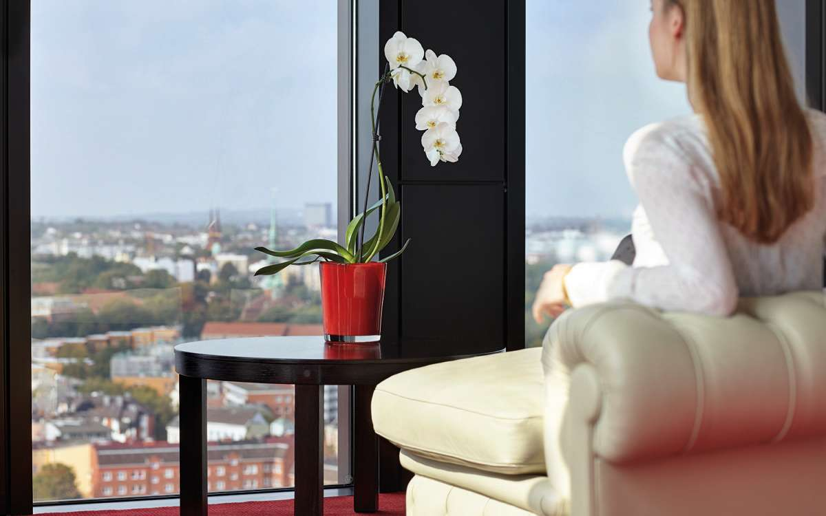 Person und Ausblick | Juniorsuite Riverview | Empire Riverside Hotel